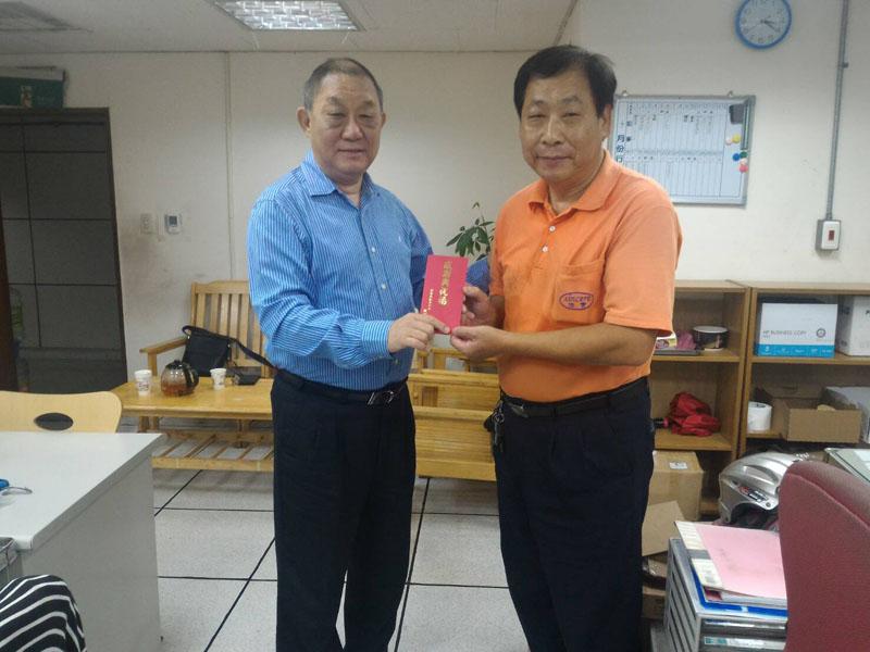 本公司服務松山文創園區變電站機動組同仁表現優異,董事長於106年10月19日授予獎勵